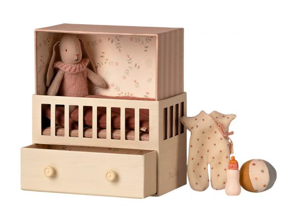 Bébé lapine dans sa chambre bébé - micro bunny - taille 17 cm - à partir de 36 mois