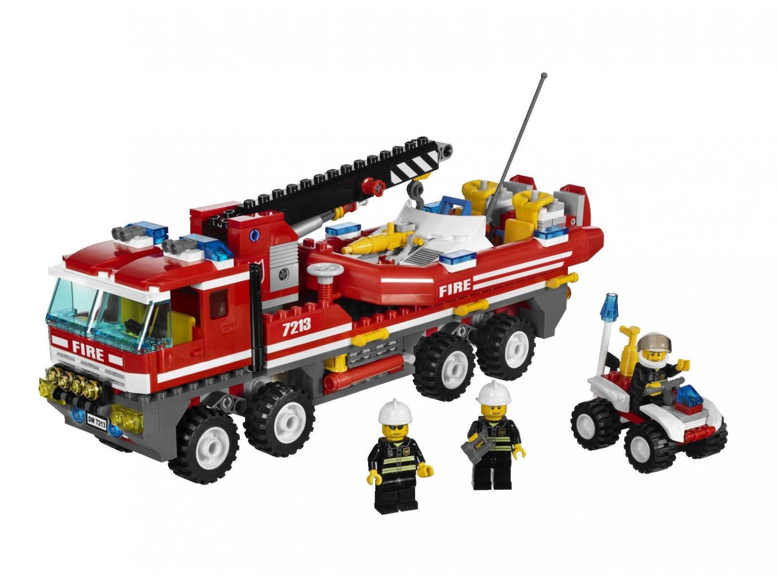 lego le camion tout terrain et le bateau des pompiers. Black Bedroom Furniture Sets. Home Design Ideas